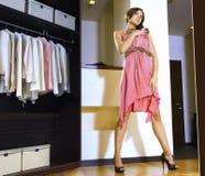 Frauenpaßsitze auf einem Kleid lizenzfreies stockfoto
