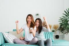 Frauenpaar-Momentglück LGBT lesbisches Lesbisches Konzept der Frauenpaare zusammen zuhause lizenzfreie stockfotos