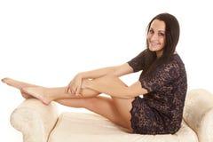 Frauenpaisley-Kleid sitzen Seitenlächeln stockfotografie