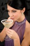 Frauenpartykleid-Getränk-Cocktailglas Lizenzfreie Stockfotografie