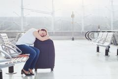 Frauenpassagier, der im Flughafen schläft stockbild