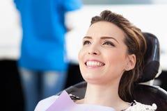 Frauenpatient am Zahnarzt, der wartet, oben überprüft zu werden Lizenzfreies Stockbild