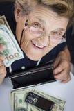 Frauenpensionär und -geld stockfotografie