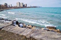 Frauenphotograph, der die Wellen spritzen vom Michigansee gefangennimmt stockbild