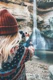 Frauenphotograph, der Foto des Wasserfalls macht Stockfotos
