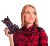 Frauenphotograph, der was denkt zu schießen - lokalisiert auf Weiß Stockfotos