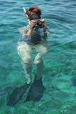 Frauenphotographtauchen in Wasser von Rotem Meer Stockbild