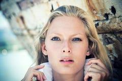 Frauenporträt über hölzernem Hintergrund Stockfoto