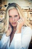 Frauenporträt über hölzernem Hintergrund lizenzfreies stockfoto