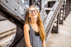 Frauenporträt auf der Eisenbrücke Lizenzfreie Stockfotos