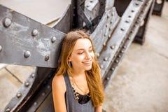 Frauenporträt auf der Eisenbrücke Stockfoto