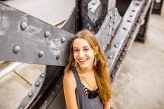 Frauenporträt auf der Eisenbrücke Stockbilder