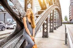 Frauenporträt auf der Eisenbrücke Stockbild