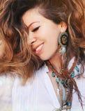 Frauenporträt der nahen hohen Mode der Schönheit lächelndes mit handgemachter Halskette und den Ohrringen hergestellt mit Perlen, stockfotos