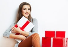 Frauenporträt in der Weihnachtsart mit Geschenk des roten, weißen Kastens Stockbilder