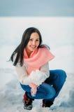 Frauenporträt draußen am Wintertag des schneebedeckten Weiß Lizenzfreie Stockbilder