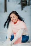 Frauenporträt draußen am Wintertag des schneebedeckten Weiß Stockfotografie