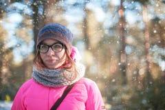 Frauenporträt in einem Winterwald lizenzfreies stockbild