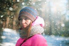 Frauenporträt in einem Winterwald stockbilder