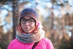 Frauenporträt in einem Winterwald stockfotos