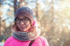 Frauenporträt in einem Winterwald stockfotografie