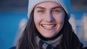 Frauenporträt eines jungen schönen grünen gemusterten brunette Mädchens, das glückliches Lachen und Betrachten der Kamera und weg stock footage