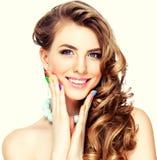 Frauenporträt mit bunter Maniküre stockfoto