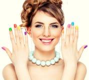 Frauenporträt mit bunter Maniküre stockfotos