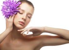 Frauenporträt mit Chrysantheme. Badekurortbehandlung. Stockfotografie