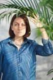 Frauenporträt mit grünen Blättern stockfotos