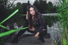 Frauenporträt mit perfektem Make-up, modisches Zubehör und lizenzfreie stockfotografie