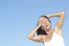 Frauenporträtmenopause und -kopfschmerzen Lizenzfreies Stockfoto