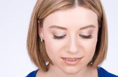 Frauenporträtnahaufnahme Das Anstarren wird abwärts verwiesen lizenzfreies stockfoto