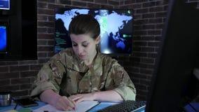Frauenporträtsoldat mit Computer, IT-Krieg, Cybersicherheit stock video footage