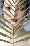 Frauenportrait mit Blatt Stockfotos