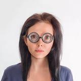 Frauenporträt in den verrückten Gläsern Lizenzfreies Stockfoto