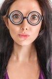 Frauenporträt in den verrückten Gläsern Stockfoto