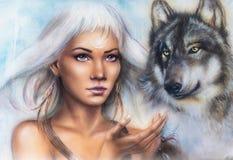 Frauenporträt mit Verzierungstätowierung auf Gesicht mit geistigem Wolf und Federschmuck Anstrich Stockfotos