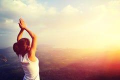 Frauenpraxisyoga an der Sonnenaufgangküste Stockfoto