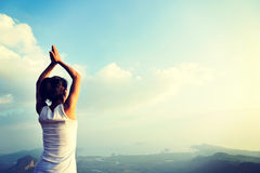 Frauenpraxisyoga an der Sonnenaufgangküste Lizenzfreie Stockbilder