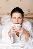 Frauenprobierenkaffee Lizenzfreies Stockbild