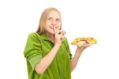 Frauenprobierenvielzahl der Früchte und der Beeren Stockfotos