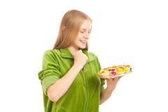 Frauenprobierenvielzahl der Früchte und der Beeren Lizenzfreies Stockbild