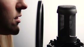 Frauenprofil, das in Studiomikrofon singt stock video footage