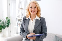 Frauenpsychologeporträt, das im zufälligen Innenministerium bereit, Kenntnisse zu nehmen steht stockfotos