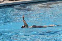 Frauenrückenschwimmenschwimmen im Badekurortpool jpg Lizenzfreies Stockfoto