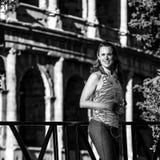 Frauenrüttler mit der Wasserflasche, die den Abstand untersucht Lizenzfreies Stockfoto