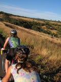 Frauenradfahrer in den Hügeln Stockbild