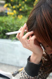 Frauenrauchergefühl betont Stockfotos