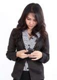 Frauenrecherchetelefon Lizenzfreie Stockfotografie